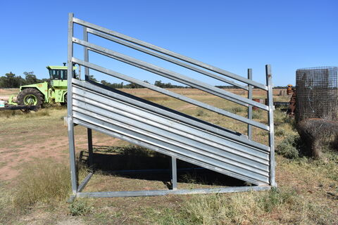 Portable cattle loading ramp