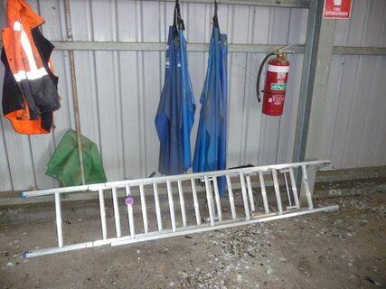 Steel extension ladder, 2 milkers aprons