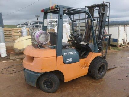 Toyota 2.5 forklift, dual front wheels