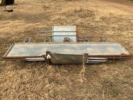 Arrow square bale cattle feeder