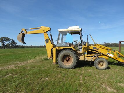 JCB RUNS WELL COMPLETE WITH ALL SHOWN ATTACHMENTS