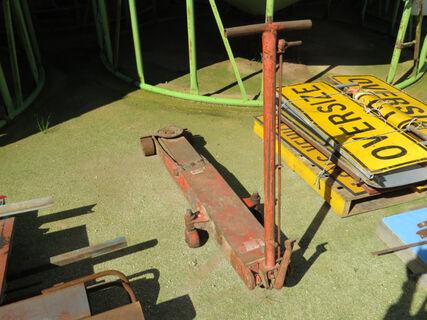 1x red heavy duty trolley jack