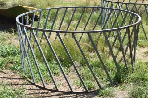 Round bale hay ring